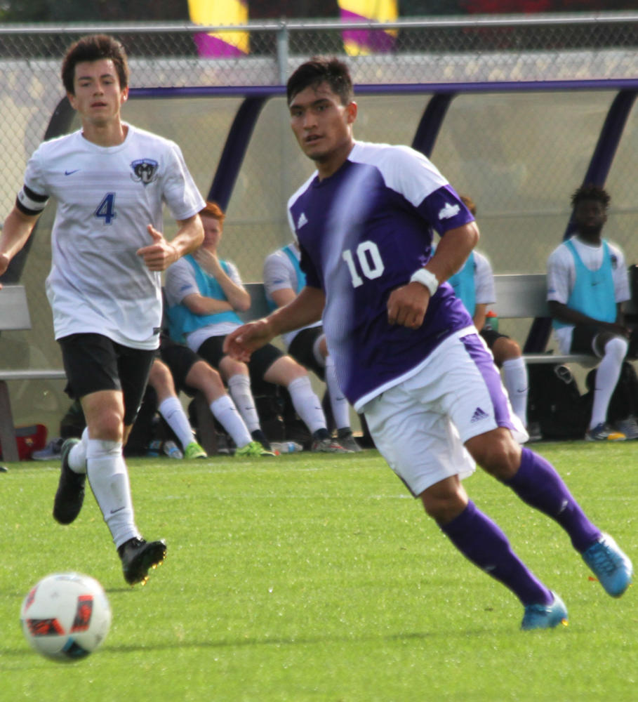 Fernando Pacheco closes in on the ball.
