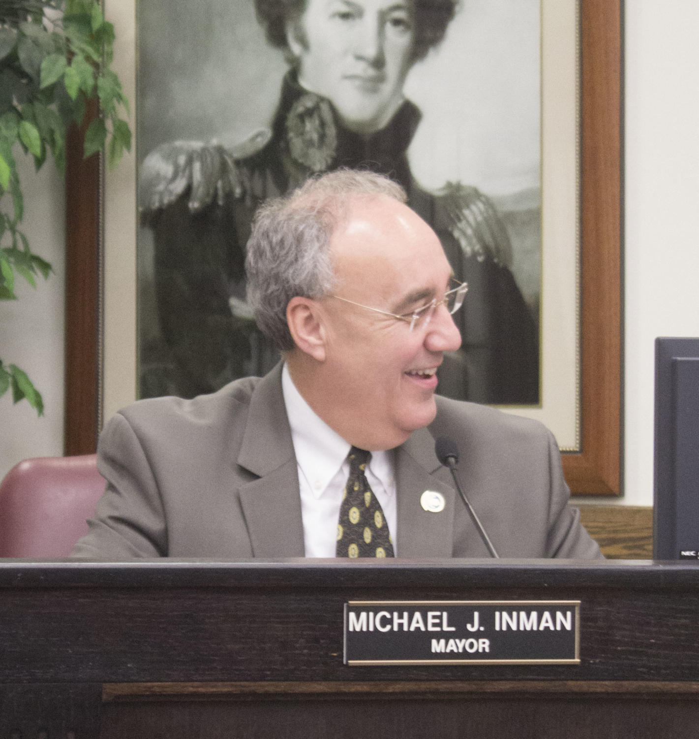 Mayor Miken Inman facilitates discussion on debt service fees Monday.