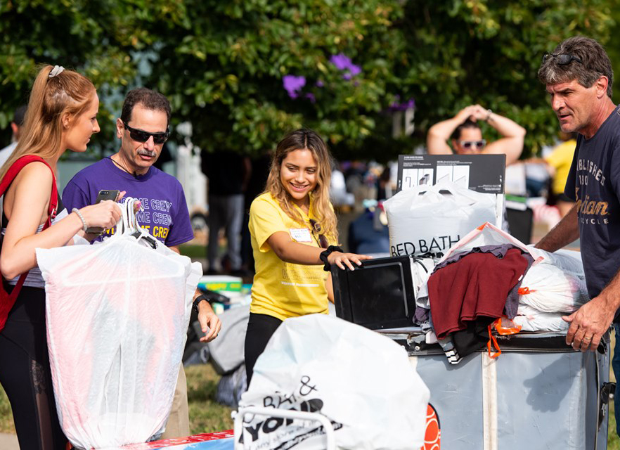 WIU+faculty%2C+staff%2C+administration+and+student+volunteer+help+move-in+returning+students.