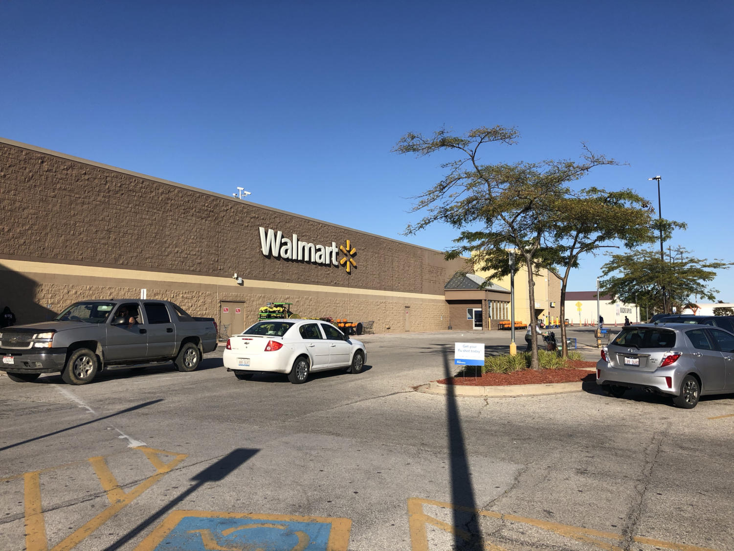 Macomb Police responded to an emergency call at Walmart in Macomb to reports of a man wiedling a knife at an employee early Thursday morning.